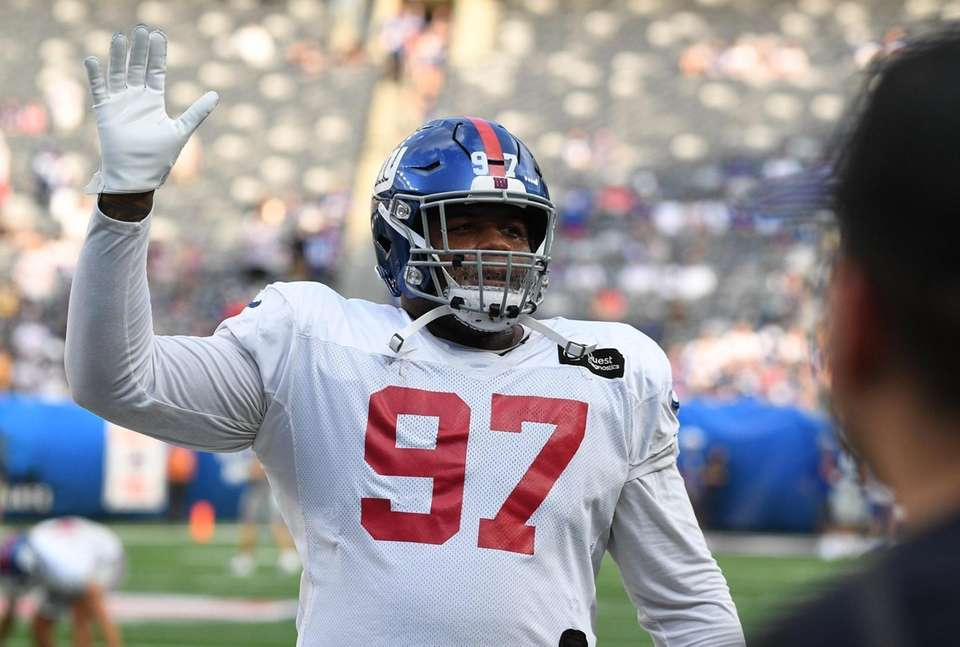 New York Giants defensive tackle Dexter Lawrence waves