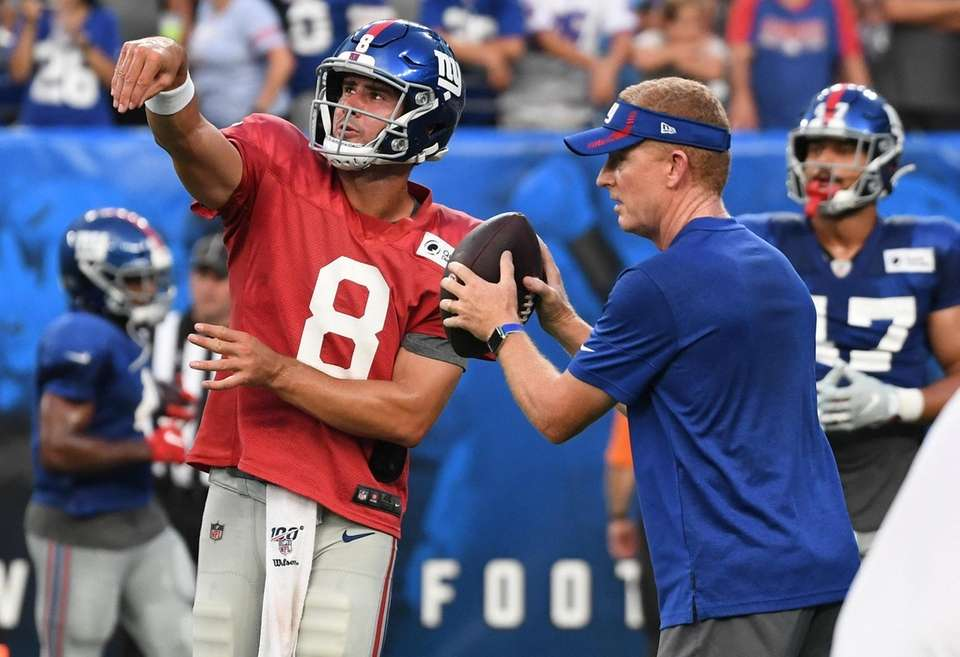 New York Giants quarterback Daniel Jones practices with
