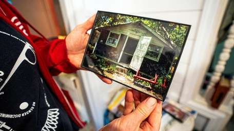 Jennifer Hoeppner with a photograph of the bungalow