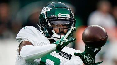 Jets wide receiver Elijah Moore makes a catch