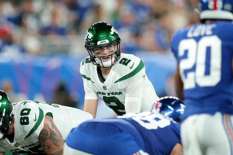 New York Jets quarterback Zach Wilson (2) lines