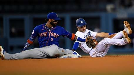 Jonathan Villar of the Mets tags out Trea