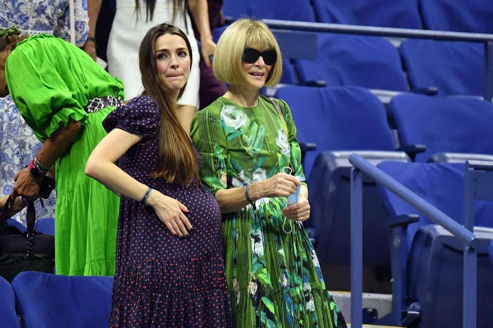 Editor-in-Chief of Vogue Anna Wintour (R) and daughter