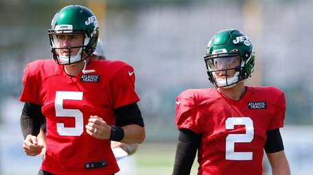 Jets quarterbacks Mike White and Zach Wilson during