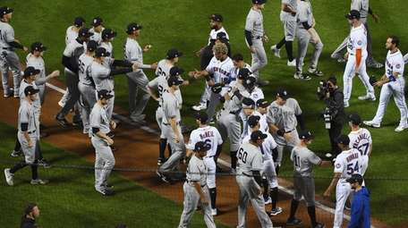 Mets and Yankees players intermingle during a 9/11