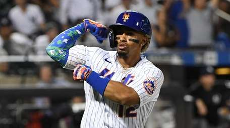 Mets shortstop Francisco Lindor reacts to the dugout