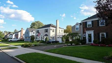 Homes along Huntington Road in Garden City.