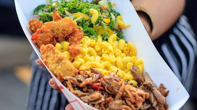 Jerk oyster mushrooms, macaroni and cheese, salad and