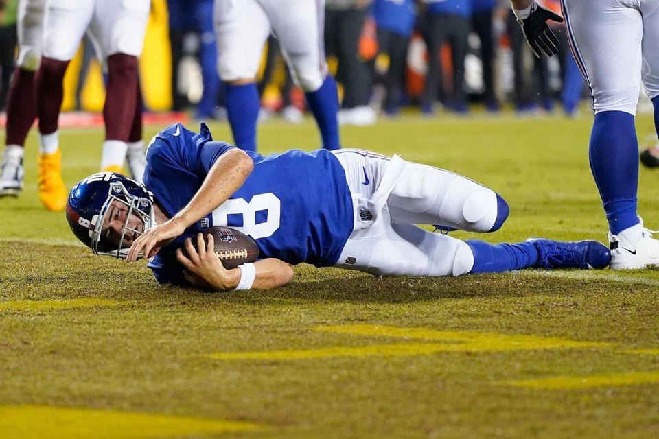 New York Giants quarterback Daniel Jones (8) scoring