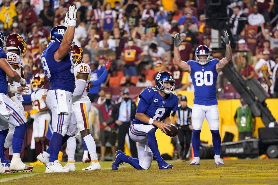 New York Giants quarterback Daniel Jones (8) stands