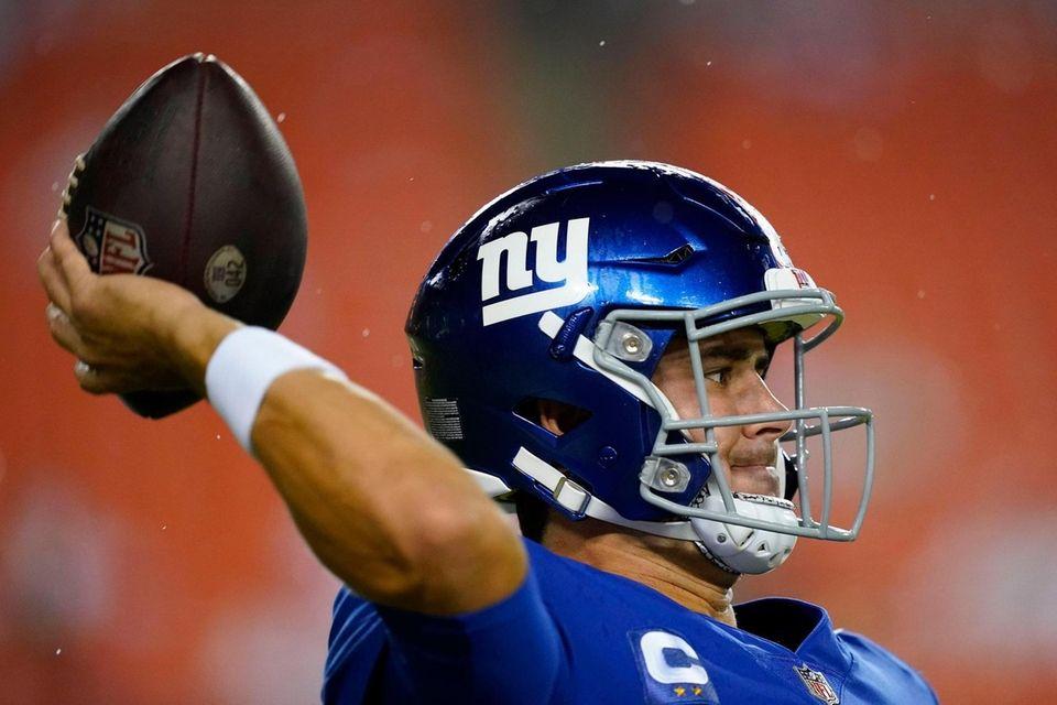 New York Giants quarterback Daniel Jones (8) warming
