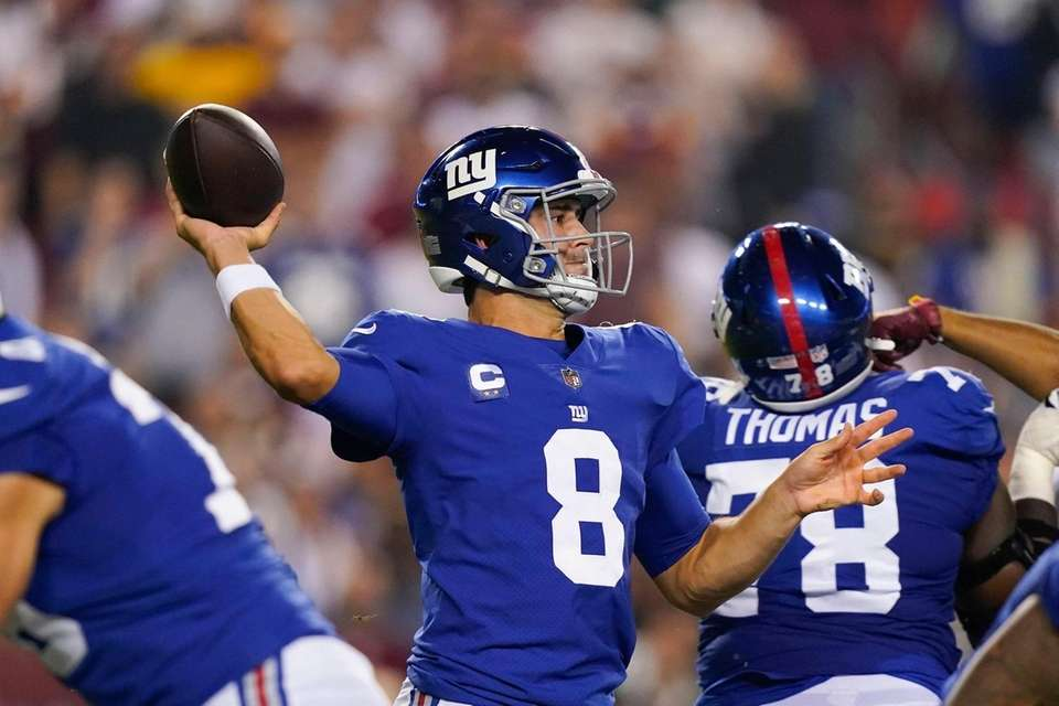 New York Giants quarterback Daniel Jones (8) throws
