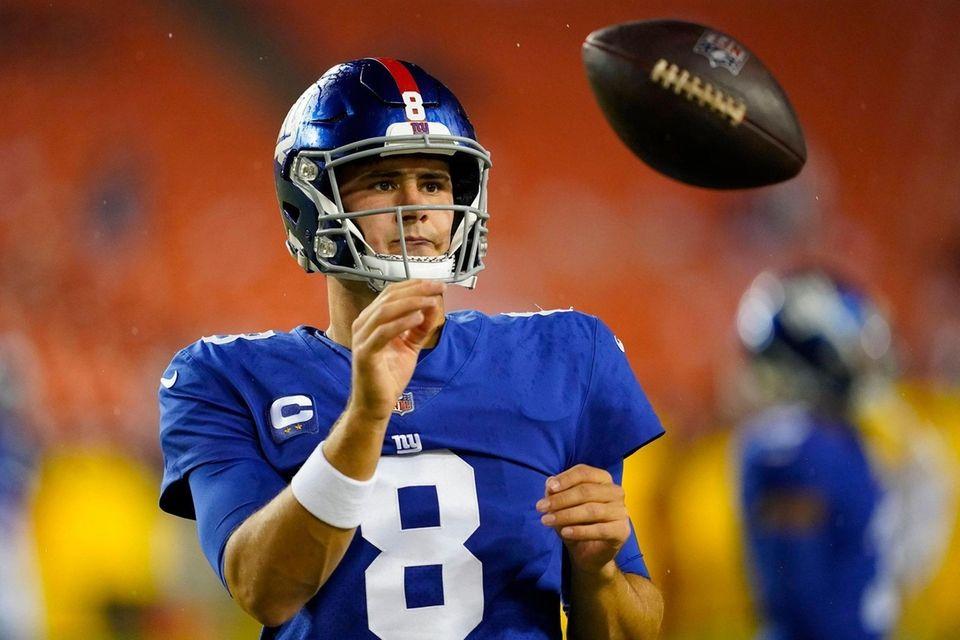 Giants quarterback Daniel Jones catches the ball before