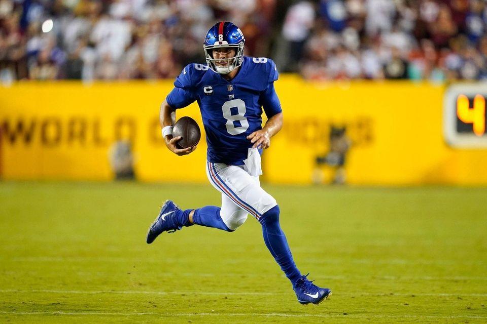 New York Giants quarterback Daniel Jones (8) runs