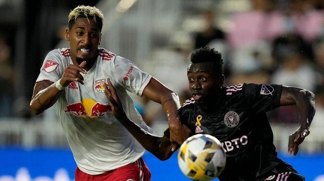 New York Red Bulls forward Fabio Gomez, left,