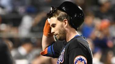 Jeff McNeil returns to the Mets' dugout after