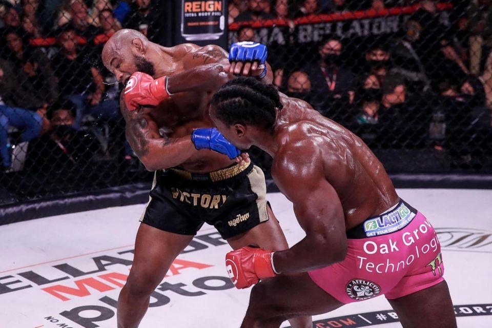 Phil Davis (pink shorts) defeated Yoel Romero in