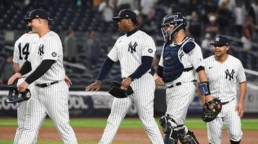 Members of the Yankees celebrate their 4-3 win