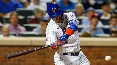 Mets first baseman Pete Alonso hits a single