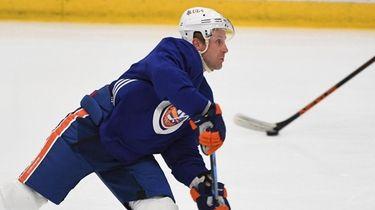 Islanders right wing Leo Komarov shoots a puck
