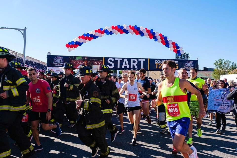The first wave of runners starts at the