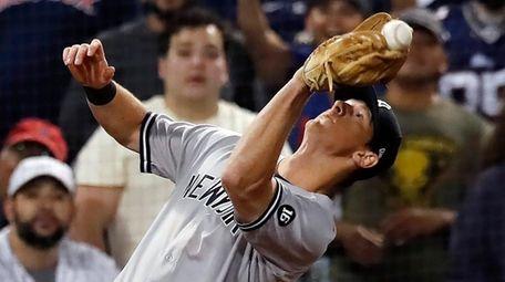 New York Yankees' DJ LeMahieu misses the catch