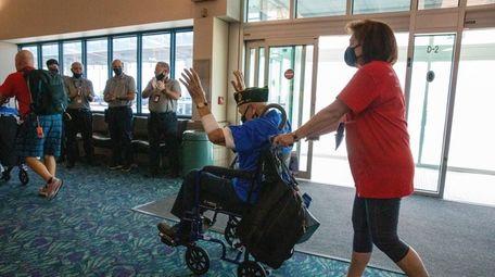 Airport employees applaud as World War II veteran