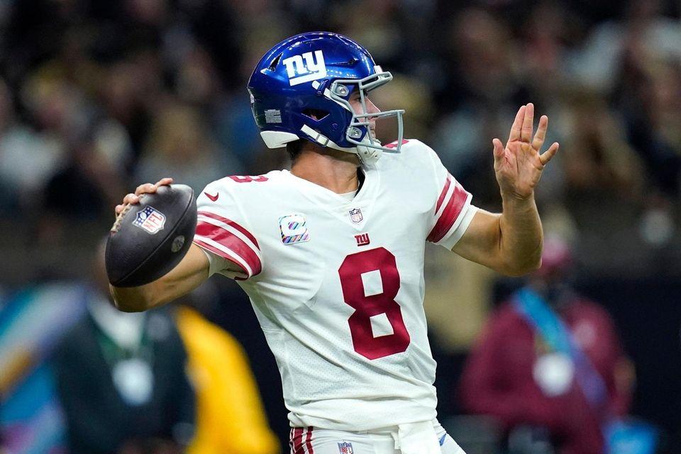 New York Giants quarterback Daniel Jones (8) passes