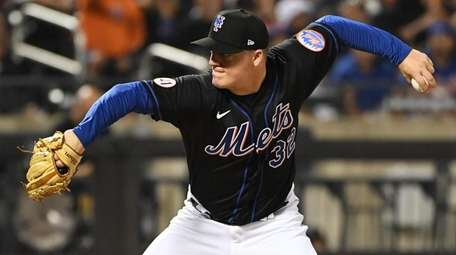 Mets relief pitcher Aaron Loup delivers against the