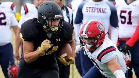 St. Anthony's WR Timmy Longo takes the pass
