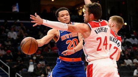 Knicks forward Kevin Knox II (20) passes the