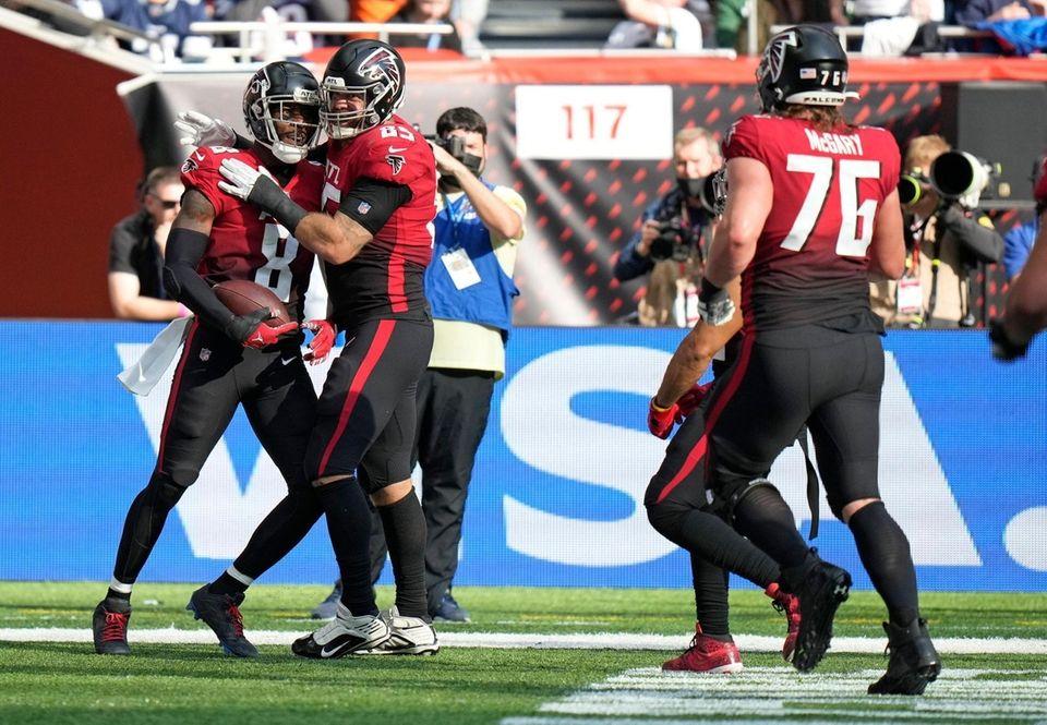 Atlanta Falcons tight end Kyle Pitts (8), left,