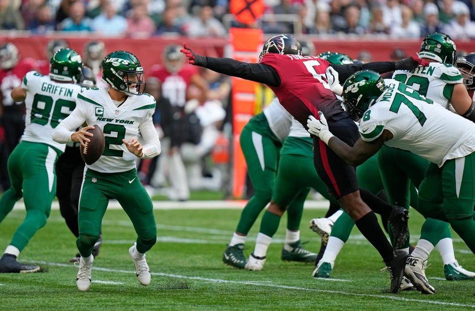 New York Jets quarterback Zach Wilson (2) takes