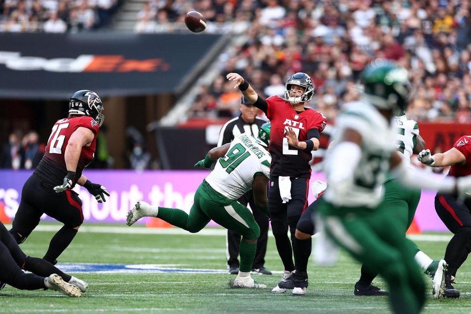 Matt Ryan #2 of the Atlanta Falcons makes