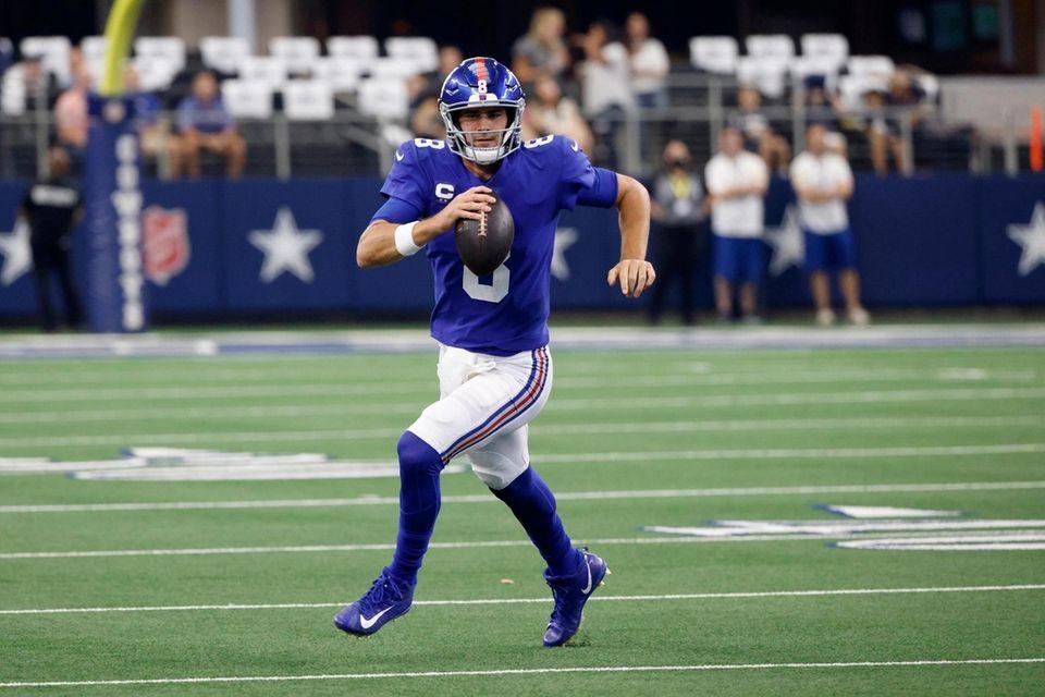 New York Giants quarterback Daniel Jones (8) keeps