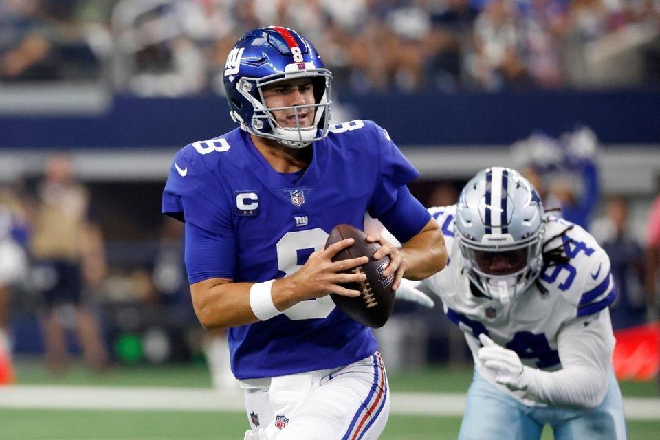 New York Giants quarterback Daniel Jones (8) scrambles