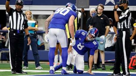 Giants tight end Kyle Rudolph checks on quarterback