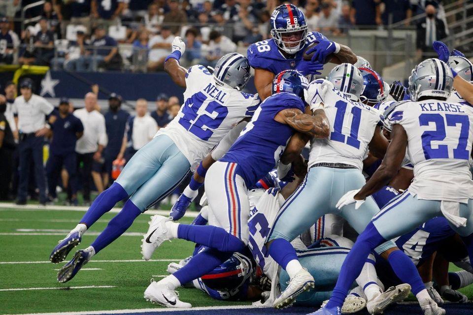 Dallas Cowboys' Keanu Neal (42), Micah Parsons (11)