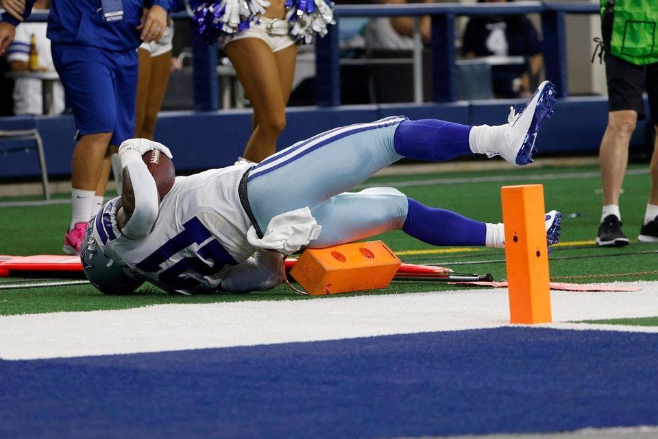 Dallas Cowboys running back Ezekiel Elliott (21) lands