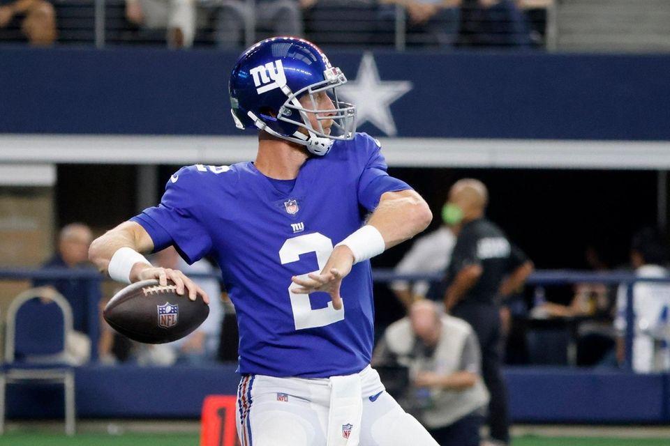 New York Giants quarterback Mike Glennon throws a