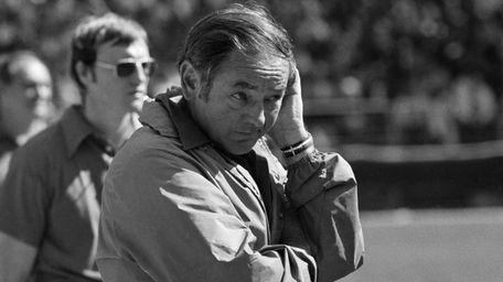 New York Giants head coach Bill Arnsparger contemplates