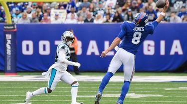 New York Giants quarterback Daniel Jones (8) catches