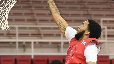Julian Champagnie of St. John's men's basketball drives