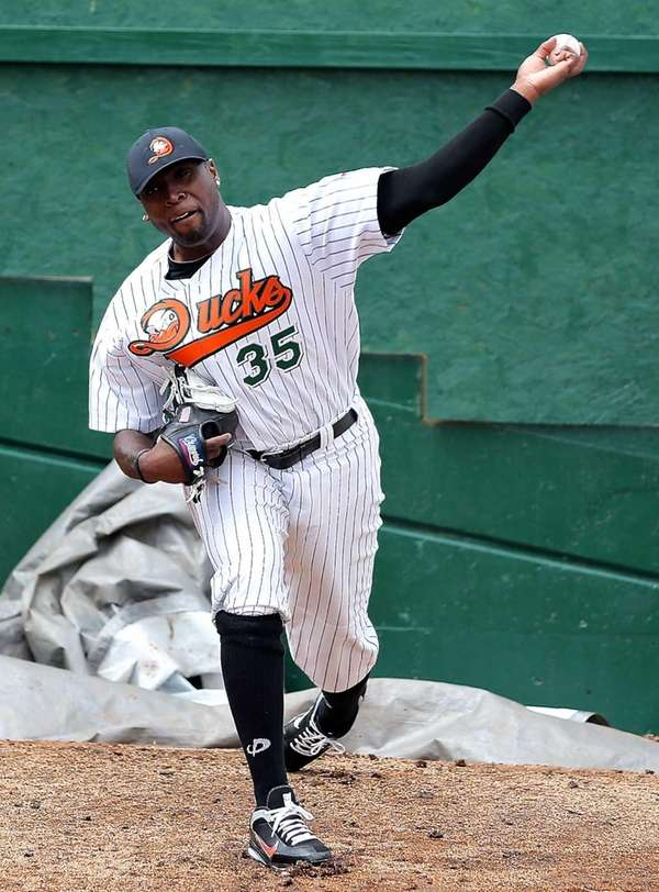 Ducks pitcher Dontrelle Willis warms up in the