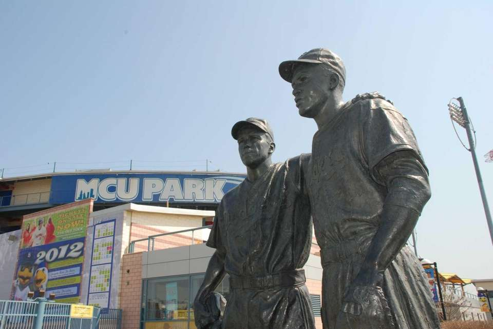 A statue of Pee Wee Reese and Jackie