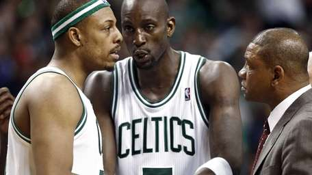 Boston Celtics forward Kevin Garnett, center, talks with