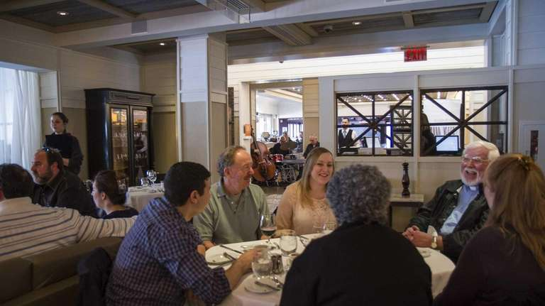 Patrons brunch to the sounds of jazz, played