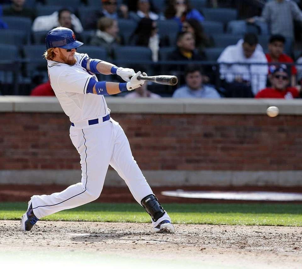 Mets second baseman Justin Turner hits an RBI