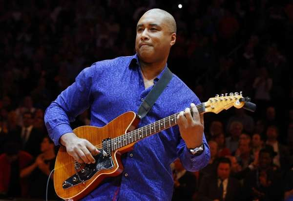 Bernie Williams performs the national anthem before Game