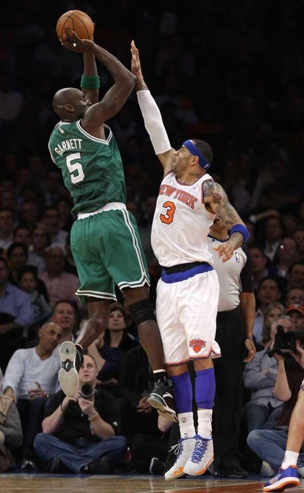 Boston Celtics center Kevin Garnett (5) shoots over
